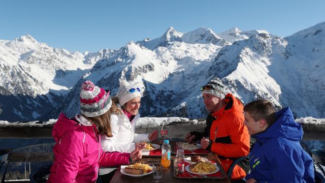 Les 7 Laux : des restaurants d'altitude permettent de faire une pause détente sur le domaine skiable